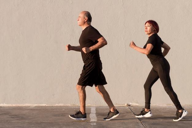 Pareja adulta haciendo deporte y corriendo