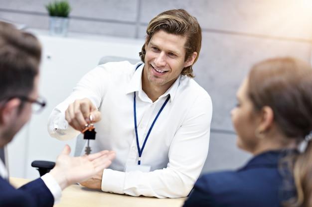 Pareja adulta en la oficina con agente de bienes raíces