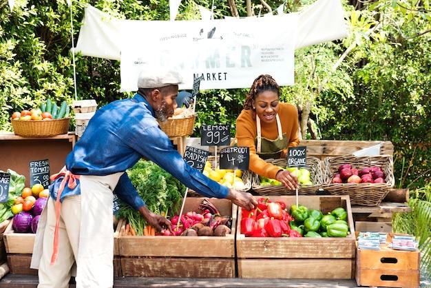 Pareja africana propietaria de una tienda de productos orgánicos frescos.