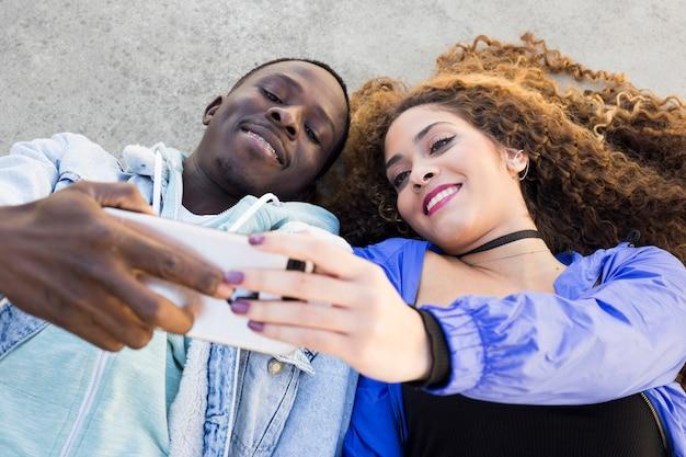 Pareja afro americana haciendo selfie