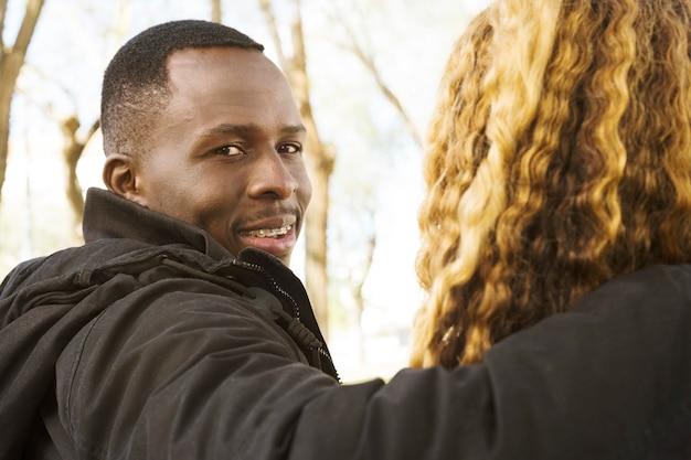 Pareja afro americana en parque