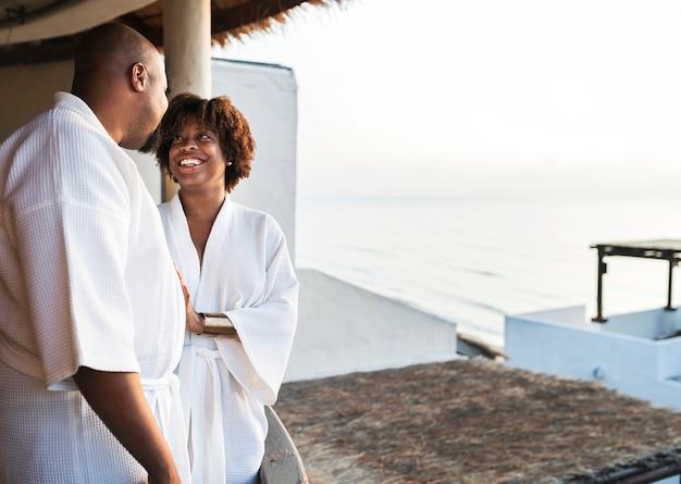 Pareja afroamericana en batas de baño en el hotel