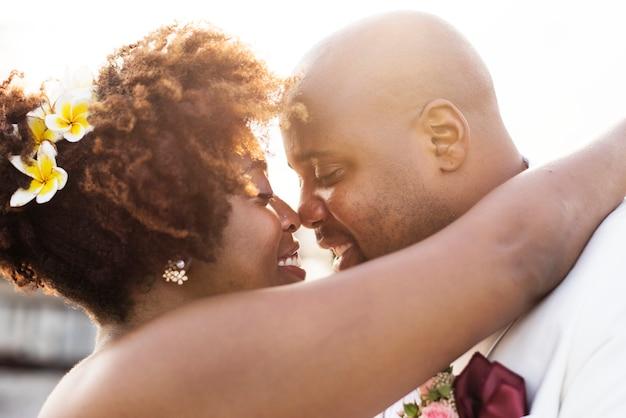 Pareja afroamericana casándose en una isla