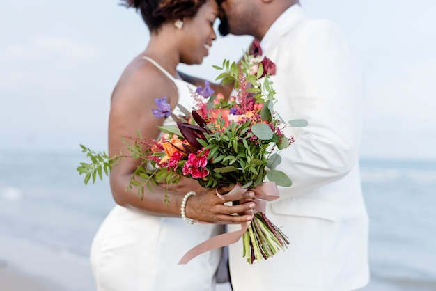 Pareja afroamericana casarse en la playa