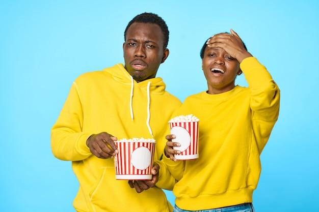 Pareja afroamericana con palomitas de maíz