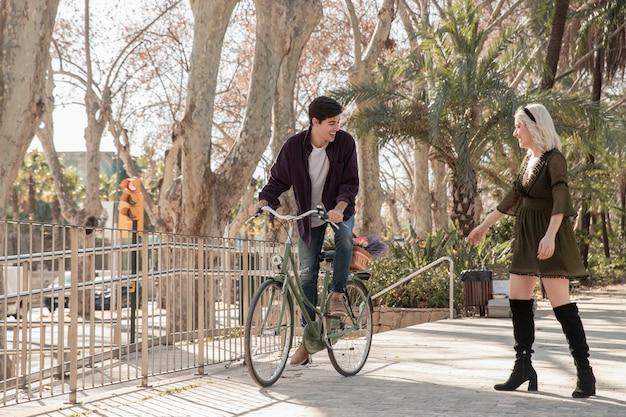Pareja afuera a caminar con bicicleta