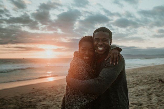 Pareja alegre, abrazar, en la playa