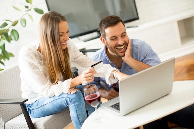 Pareja alegre buscando internet y compras en línea
