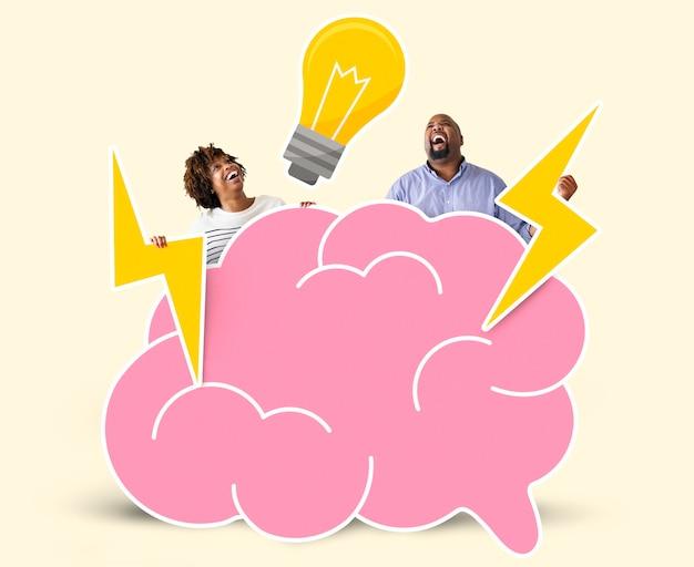 Pareja alegre con ideas creativas