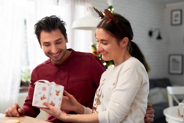 Pareja alegre con regalos de navidad