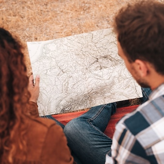 Pareja de alta vista buscando en un mapa