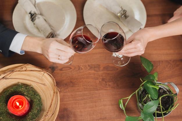 Pareja amante de la cosecha brindando con vino