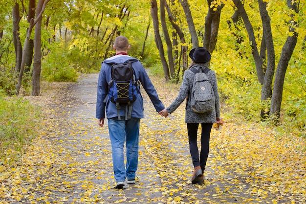 Pareja de amantes caminando en el parque otoño