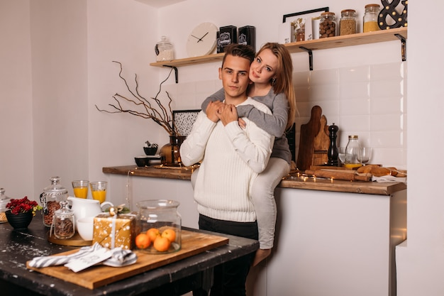 Pareja amorosa divertirse en la cocina en casa