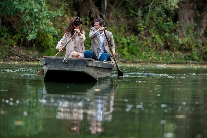 Pareja amorosa en el barco
