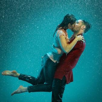 Pareja amorosa bajo la lluvia