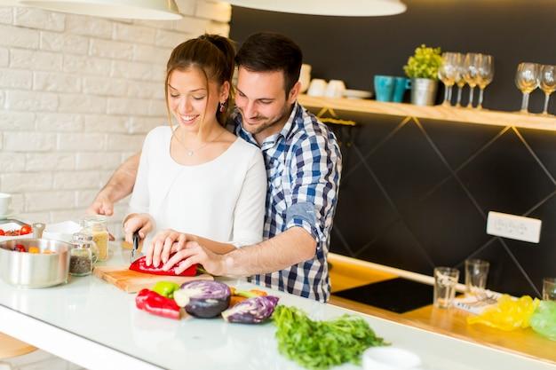 Pareja amorosa preparando comida sana Foto Premium