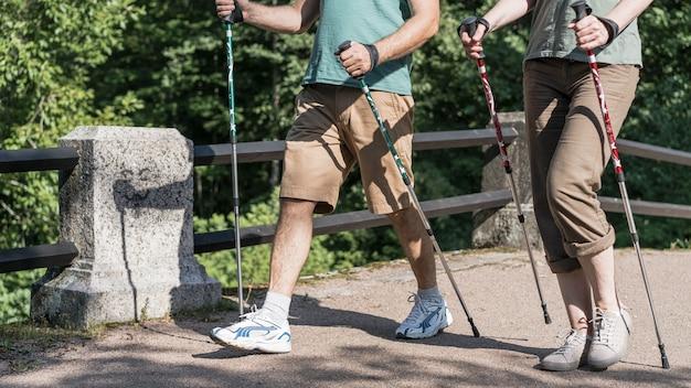 Pareja de ancianos con bastones de trekking
