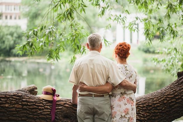 Pareja de ancianos caminando en el parque, amantes, amor fuera del tiempo, paseos de verano