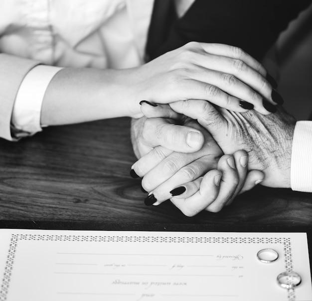 Pareja de ancianos casados con certificado de matrimonio