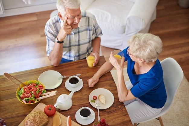 Pareja de ancianos desayunando juntos