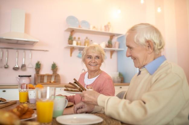 Pareja de ancianos con desayuno