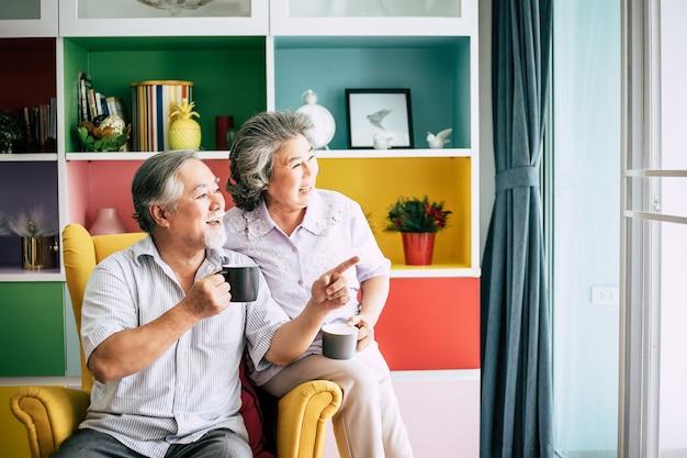 Pareja de ancianos hablando juntos y tomando café o leche