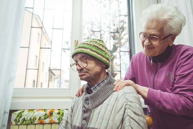 Una pareja de ancianos en el interior
