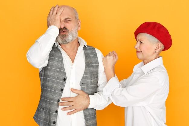 Pareja de ancianos, teniendo, pelea