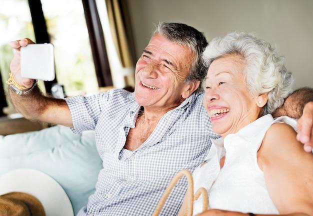 Una pareja de ancianos tomando una selfie
