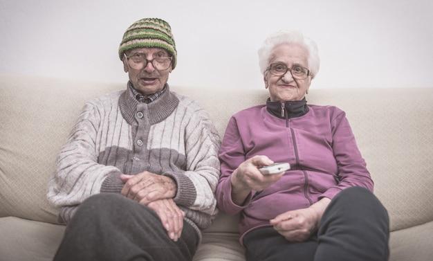 Pareja de ancianos y zapping