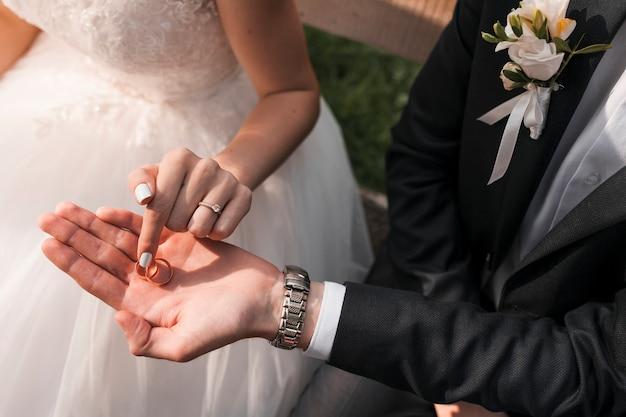 Pareja con anillos de boda