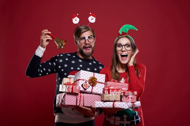 Pareja anunciando la época navideña