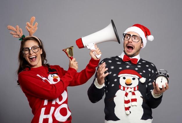 Pareja anunciando la navidad