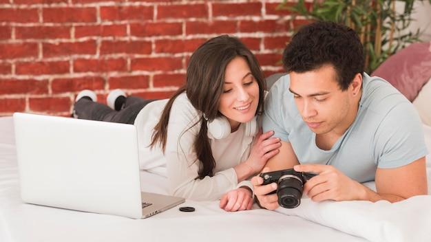 Pareja aprendiendo fotografía digital en línea