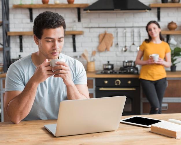 Pareja aprendiendo y tomando café