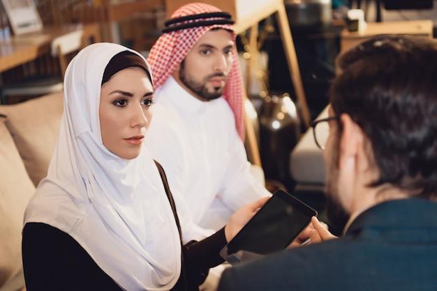 Pareja árabe en disputa haciendo prueba en recepción