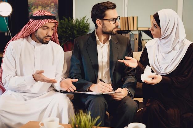Pareja árabe en la recepción del terapeuta argumenta.