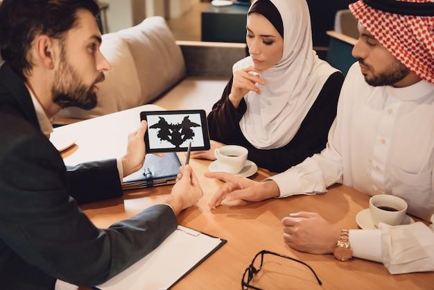 Pareja árabe en recepción de terapeuta familiar