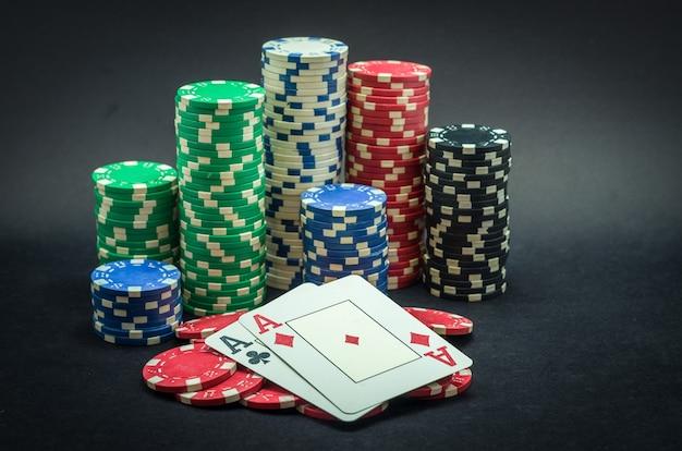 Pareja de as ganador, fichas de póquer apiladas y pareja de ases