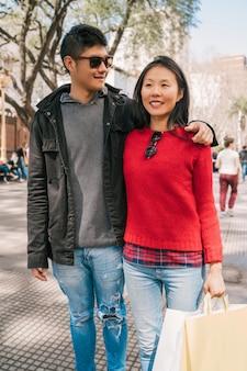 Pareja asiática caminando en la ciudad.