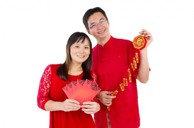 Pareja asiática celebrando el año nuevo chino