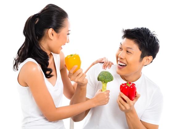 Pareja asiática comiendo y viviendo saludablemente