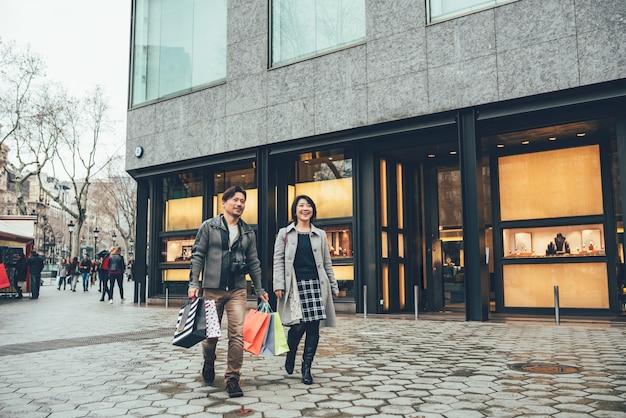 Pareja asiática de compras en barcelona