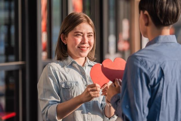 Pareja asiática con corazón rojo, gente feliz dulce amor san valentín, seguro médico, dando amor juntos