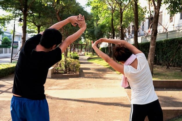 Pareja asiática estiramiento antes del ejercicio