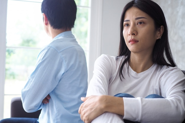 Pareja asiática está estresada y molesta después de una discusión