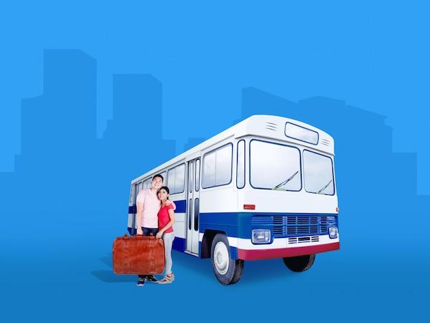 Pareja asiática llevando bolsa de maleta de pie junto al autobús