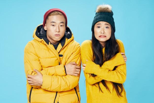 Pareja asiática mujer y hombre con frío congelado
