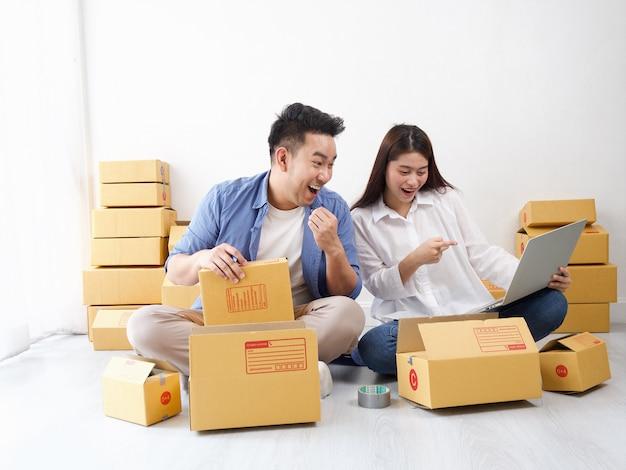 Pareja asiática de negocios de compras en línea